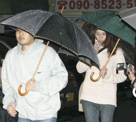 府警西淀川署から出てきた松本美奈容疑者と内縁の夫・小林康浩容疑者