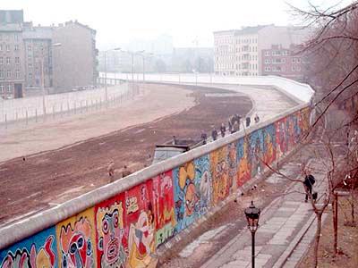 崩壊以前のベルリンの壁 by Wikipedia