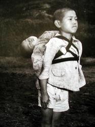 亡骸を背負う少年